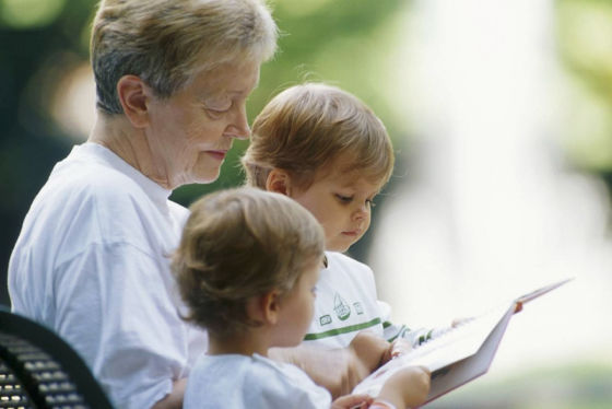 Großmutter mit Enkelkindern
